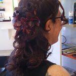 Femme cheveux ondulé coiffé en nattes ondulé attaché en queue de cheval
