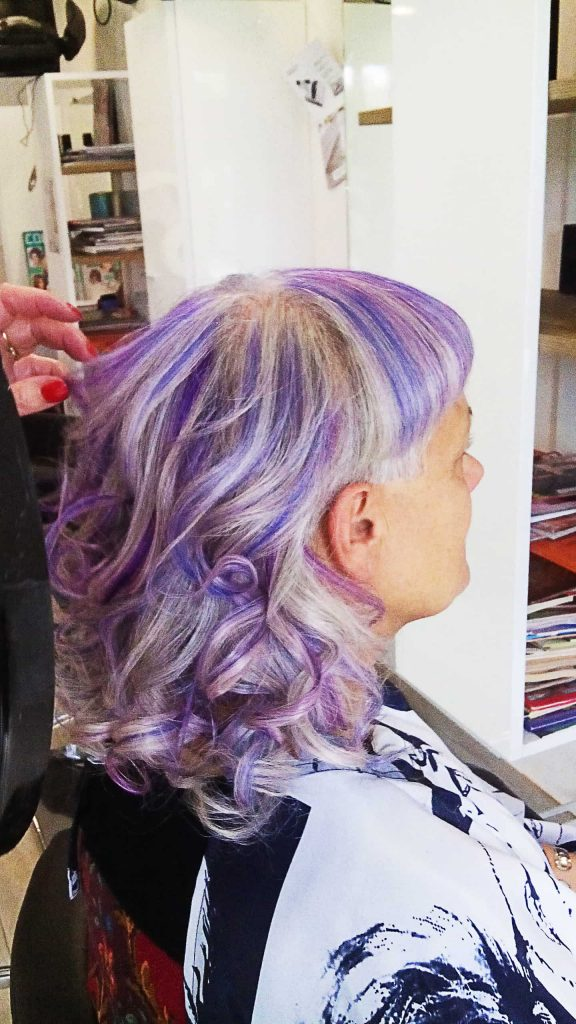 Femme aux cheveux long violet