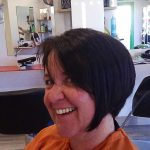 Femme coiffure en faux plongeant, cheveux mi-long brun